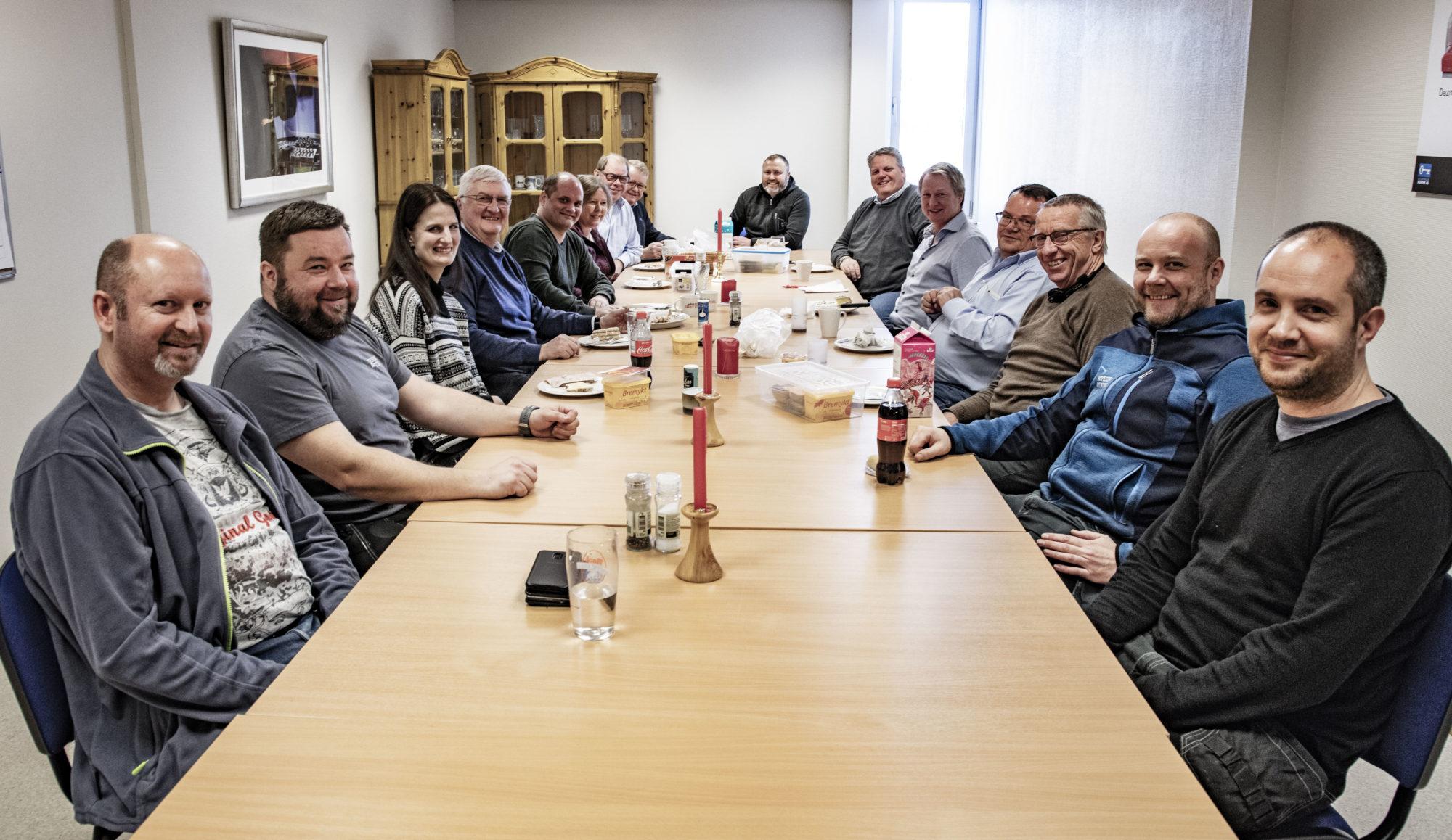 Bilde av ansatte hos Boyesen & Munthe rundt et bord