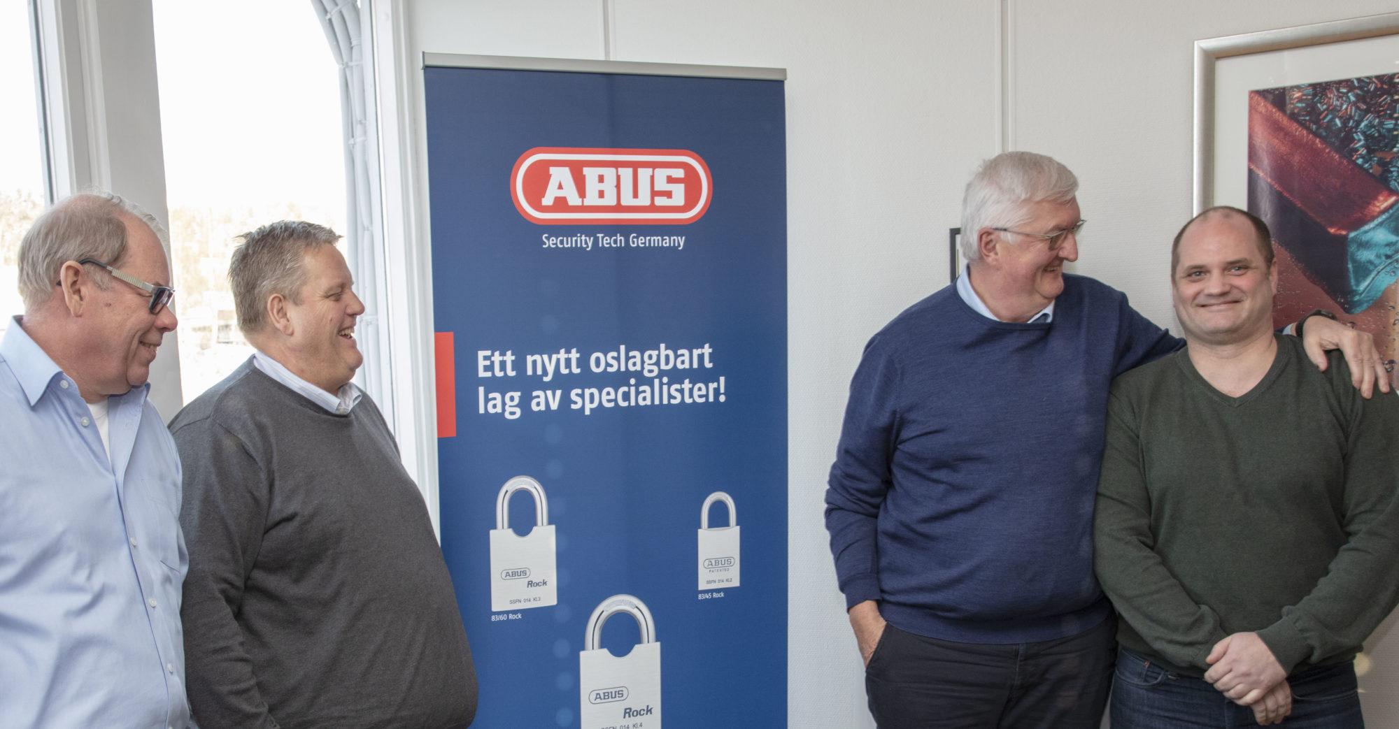 Nøkkelpersoner hos Boyesen & Munthe står samlet ved en vegg