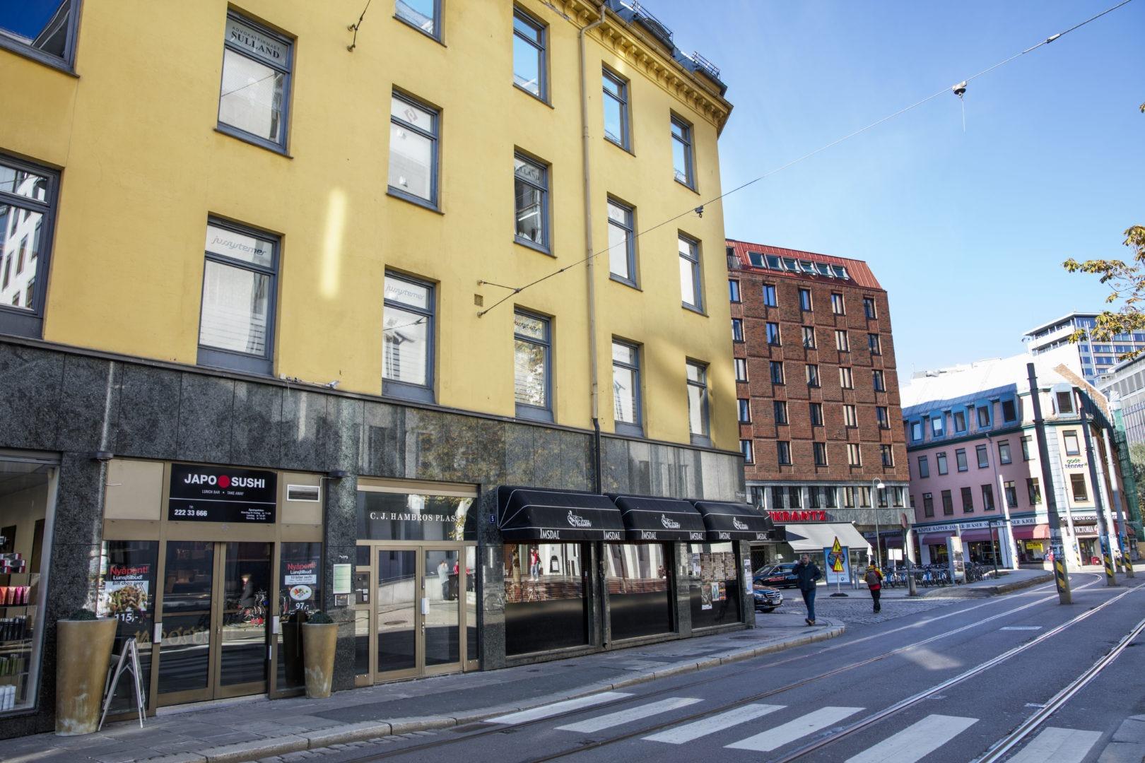 OSLOKONTORET: Dørteknikk er iferd med å bygge opp kontor her ved Tinghuset midt i Oslo sentrum. I dag er det besatt med Morten Høiseth og Ole Petter Dahlmann, men staben skal utvides med to spesialister og en arkitekt i løpet av det nærmeste året. Foto: Geir Olsen