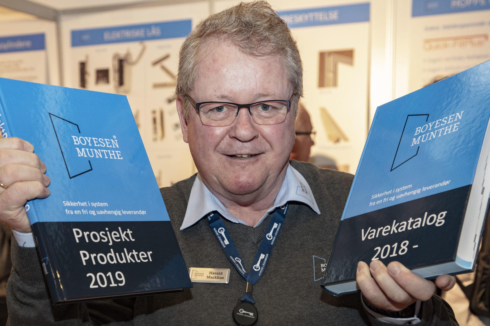 Harald Markhus viser frem produktkataloger for Boyesen & Munthe