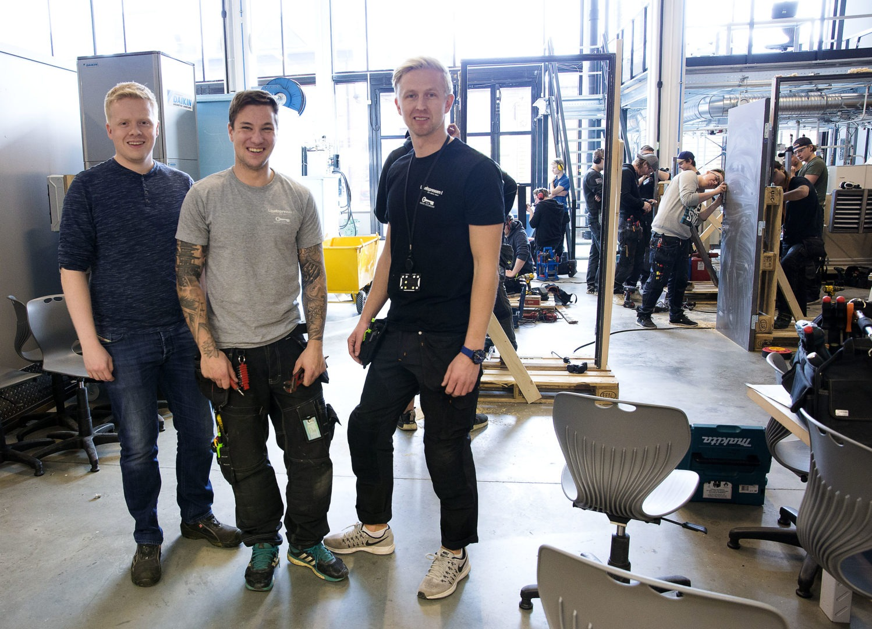 FRA EGNE REKKER: Andre Eldor, Daniel Sørlie Treider og René Ringnes tok seg fri fra egne jobber for å veiledede lærlingene. Foto: Geir Olsen