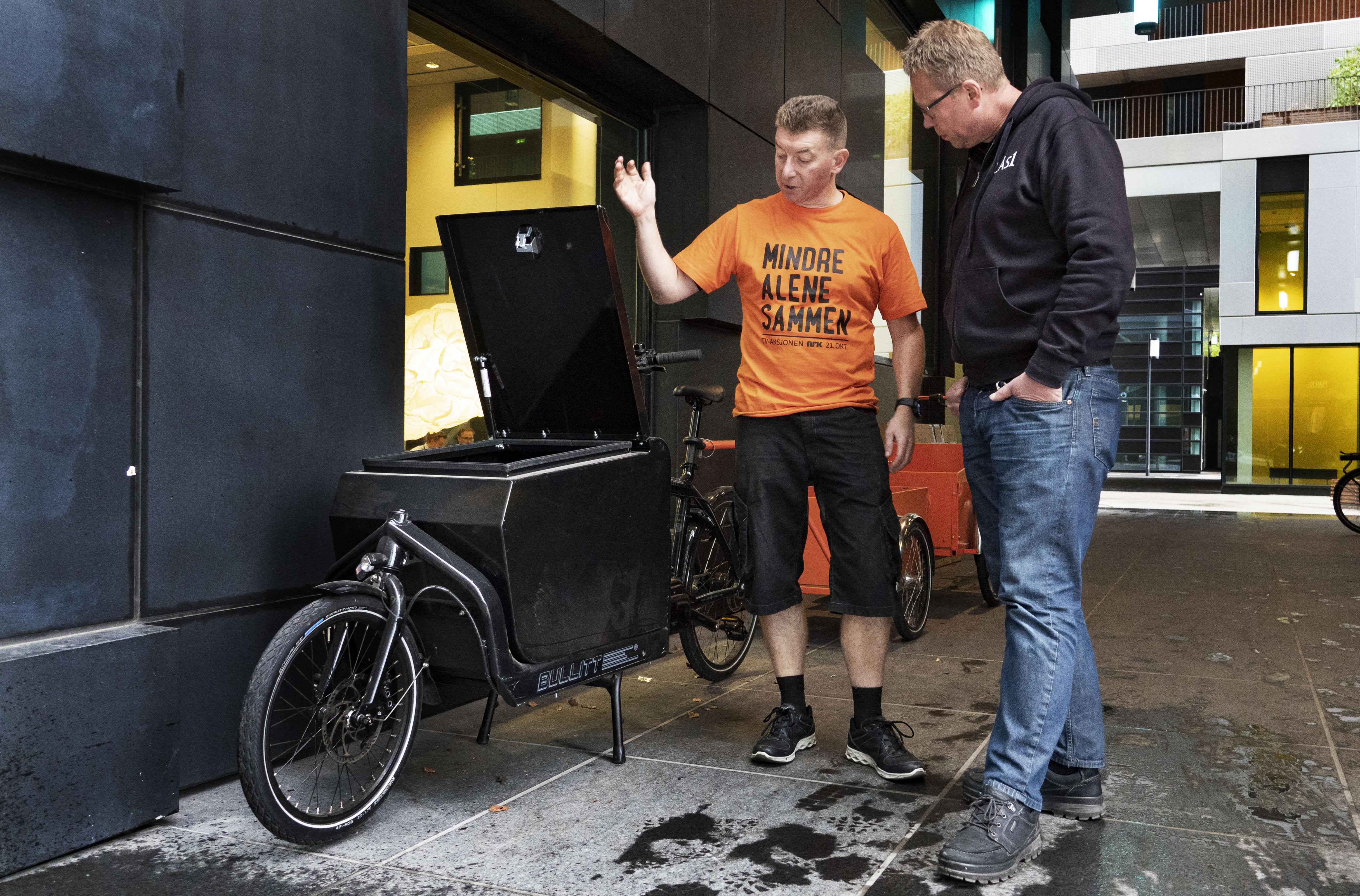 Ian Luck i sykkelbutikken Paahjul forklarer og viser Stig Roar Punnerud el varesykkelen som heretter blir LÅS1s servicesykkel i Oslo sentrum. Foto: GEIR OLSEN
