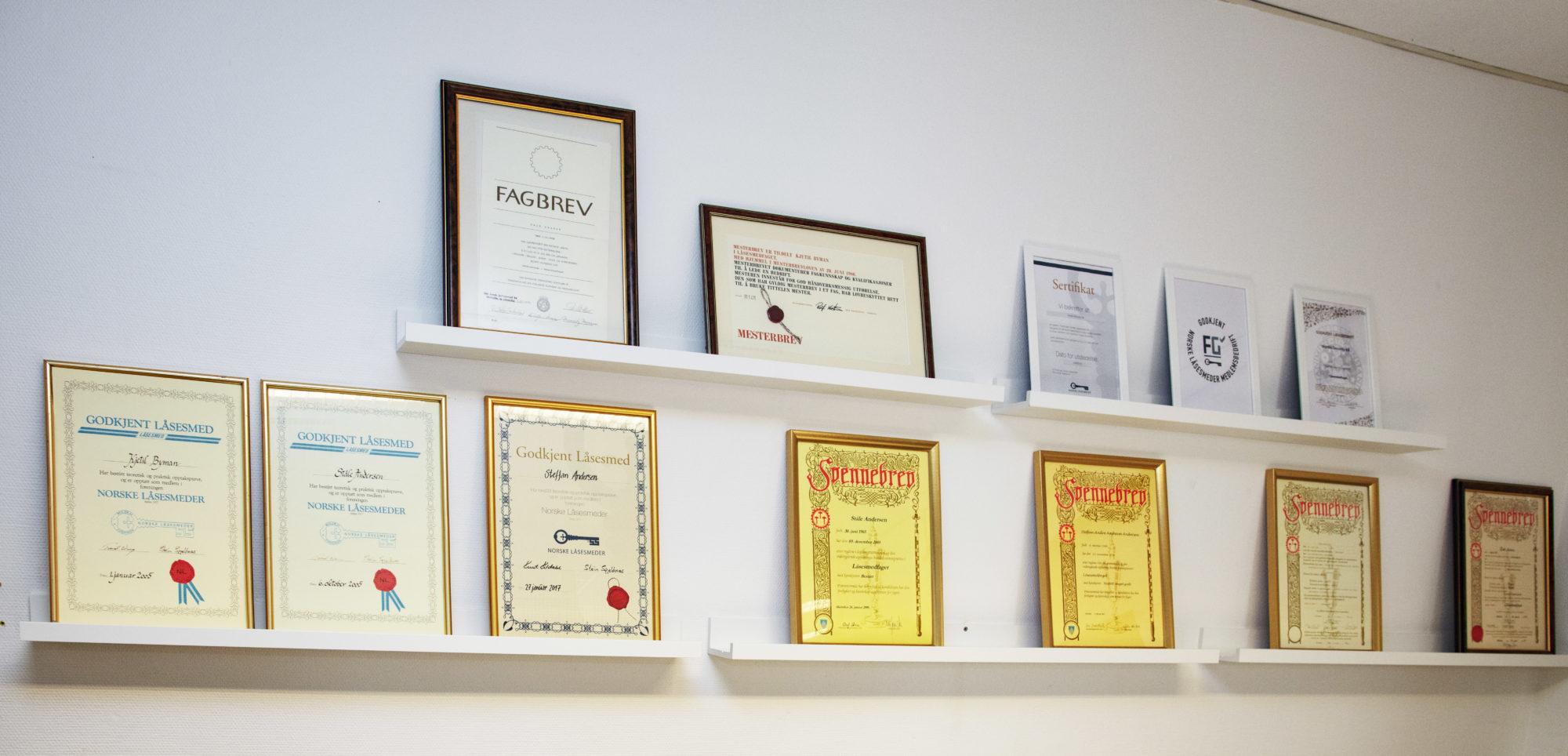 Mange diplomer og fagbrev på hyller