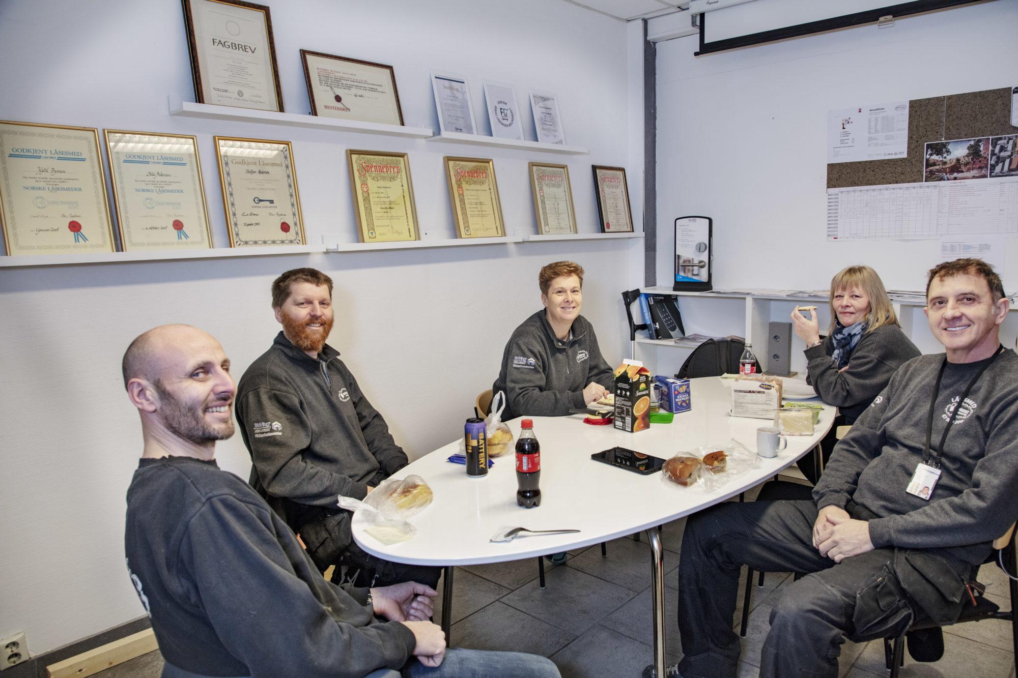 Medarbeidere som sitter rundt et bord til lunsj