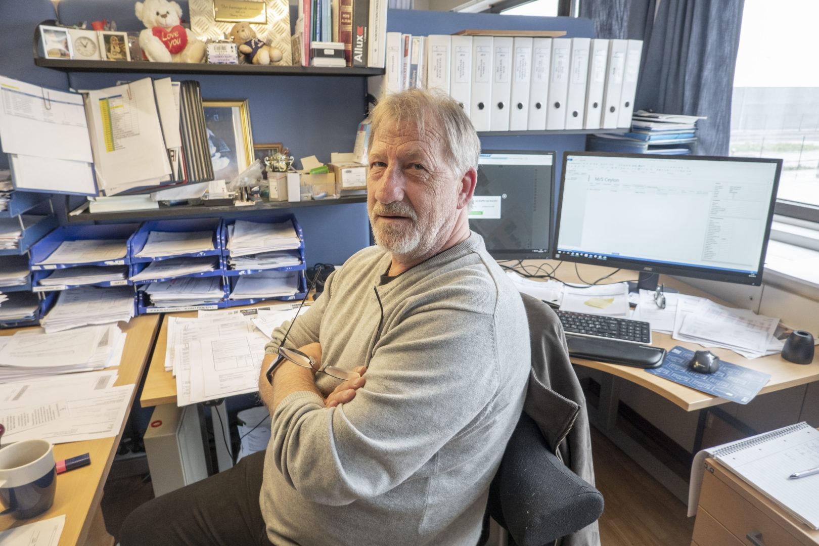 Logistikksjef Tommy Hendricksen ved pulten