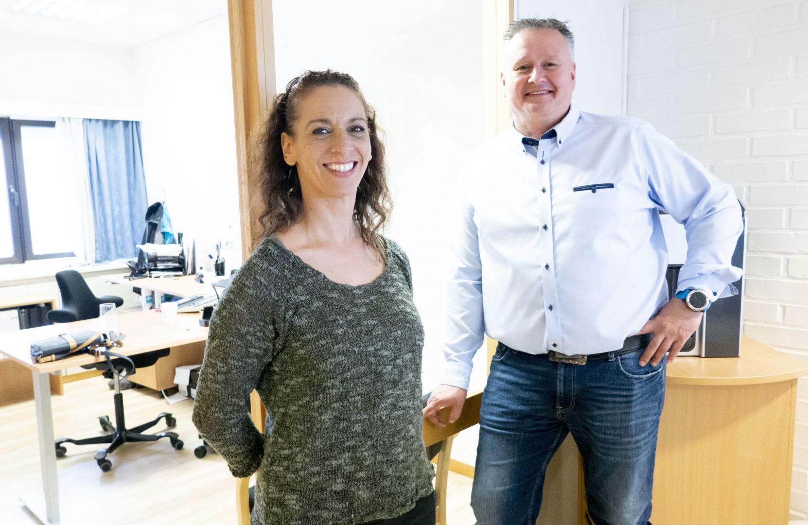 Selger Kristina Skamfer og salgsjef Trond Bergstuen inne i lokalene hos Stansefabrikken
