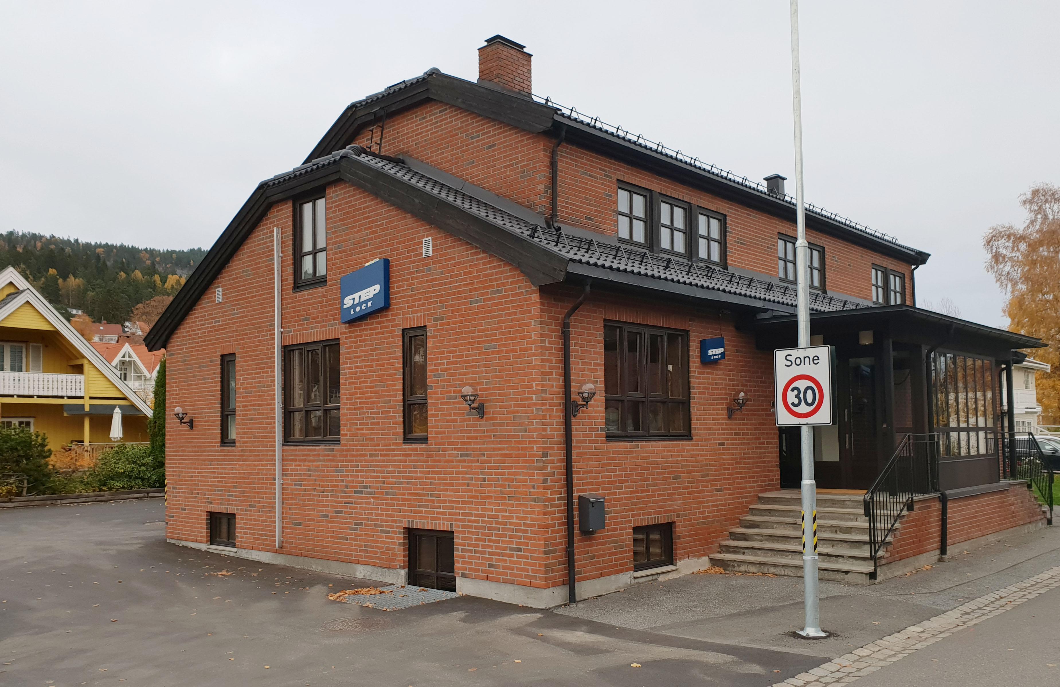 NY PROFIL: Slik ble fasaden hos Steplock Norway nŒr de nye skiletene kom pŒå plass.